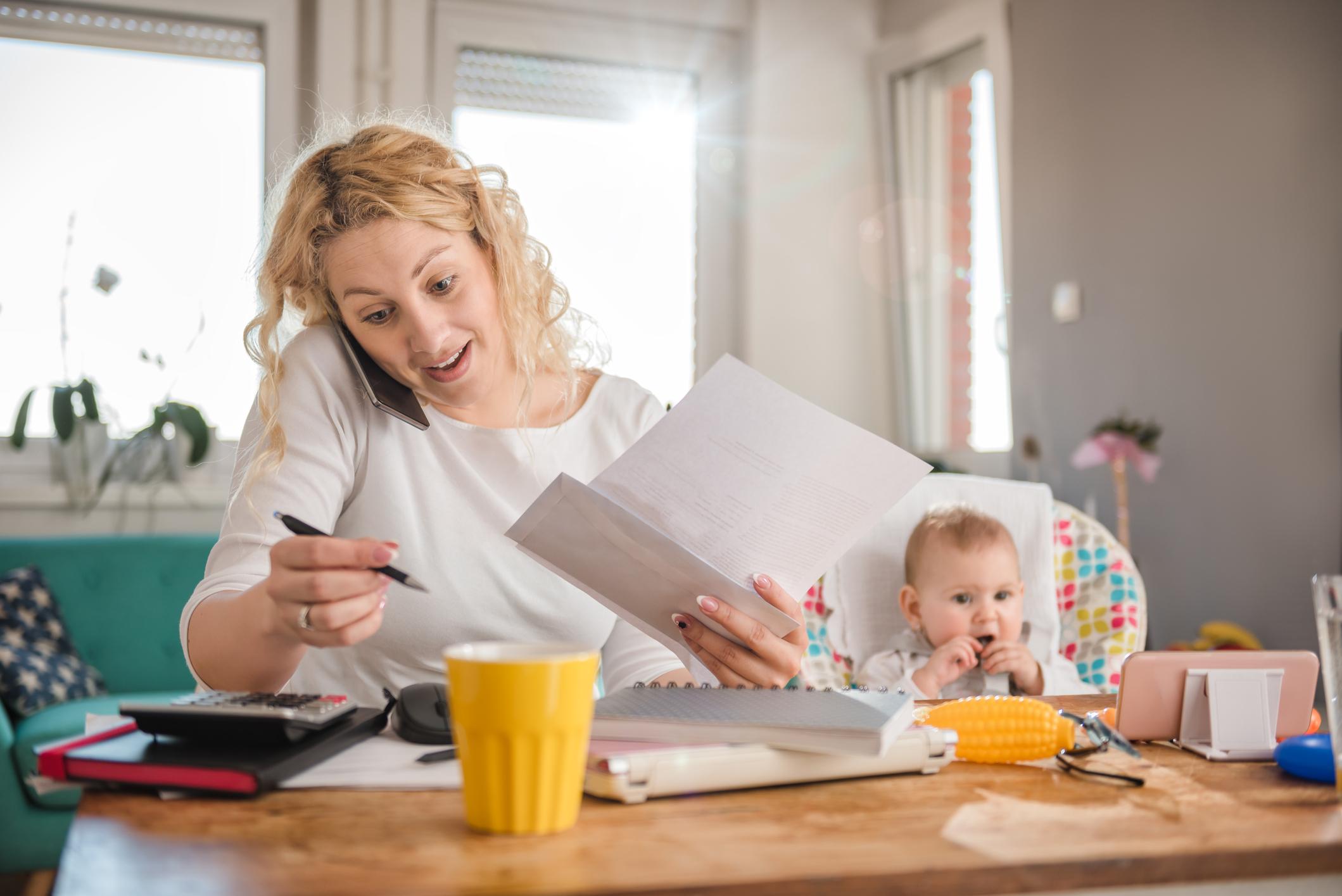 Vrouw thuis aan het werk